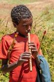 Pojke som spelar visslingen. Arkivbild