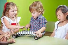 Pojke som spelar xylofonen Royaltyfri Foto