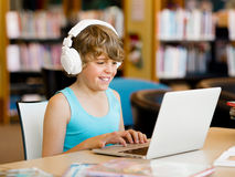 Pojke som spenderar tid med anteckningsboken Royaltyfria Foton