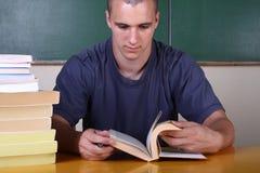pojke som studerar barn Arkivbilder