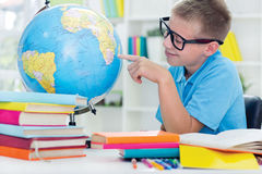 Pojke som studerar geografi fotografering för bildbyråer