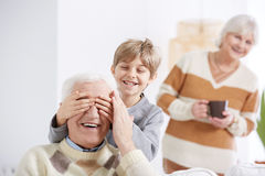 Pojke som täcker hans ögon för farfar` s fotografering för bildbyråer
