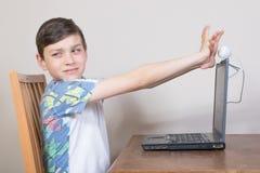 Pojke som täcker hans webcam Royaltyfri Fotografi