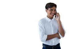 Pojke som talar på mobilephonen Arkivbild