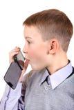 Pojke som talar på mobiltelefonen Arkivbild