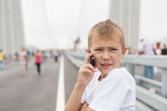 Pojke som talar på mobiltelefonen Royaltyfria Bilder