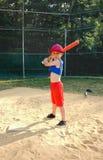 Pojke som tar baseballslagträning arkivbild