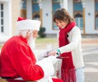 Pojke som tar kex från Santa Claus Arkivfoton