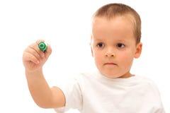 pojke som tecknar den gröna markören Arkivfoton