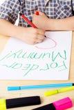 pojke som tecknar den små mumen arkivfoton