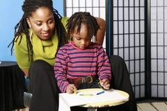 pojke som tecknar hans små moder fotografering för bildbyråer