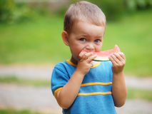 Pojke som äter melonen Arkivbild