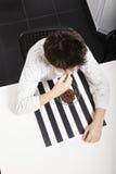 Pojke som äter ovannämnd sikt för sädes- closeup Arkivbilder