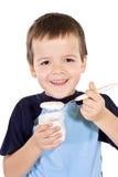 pojke som äter sund yoghurt Arkivbild