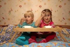 pojke som tillsammans äter flickan Arkivbild