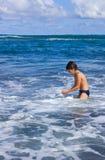pojke som tycker om havet arkivfoto