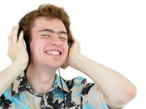 pojke som tycker om musik arkivbild