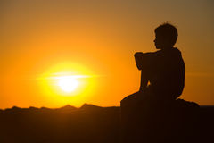 pojke som tycker om solnedgångbarn Royaltyfri Bild
