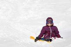 Pojke som tycker om vinter arkivfoto