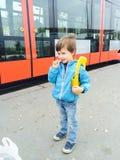 Pojke som väntar spårvagnen Fotografering för Bildbyråer