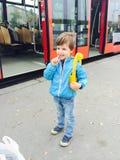 Pojke som väntar spårvagnen Arkivfoton