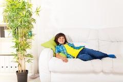 Pojke som vilar på soffan arkivfoto