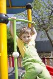 pojke Stående av den gulliga pojkeungen som är utomhus- i solig dag Stående av lyckligt blont le för barn Pojke som ser kameran m royaltyfri foto