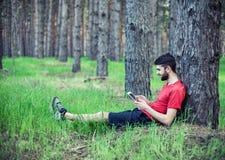Pojke under ett träd fotografering för bildbyråer