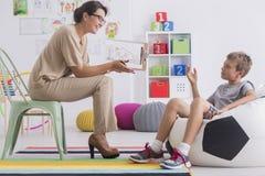 Pojke under period med psykologen Arkivfoton