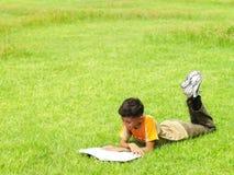 pojke utanför avläsning Fotografering för Bildbyråer