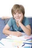 Pojkeattraktion med färgpennor Fotografering för Bildbyråer