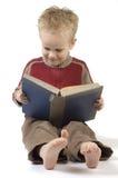 pojkeavläsning för 7 bok Arkivfoto