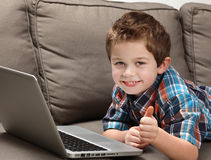 pojkebärbar dator Arkivfoton
