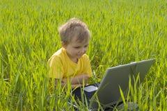 pojkebärbar dator royaltyfria bilder