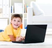 pojkebärbar dator little royaltyfria bilder