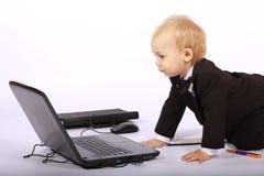 pojkebärbar datorsmoking Arkivbild