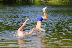 Pojkebanhoppning in i floden Arkivbild