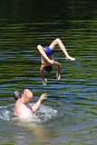 Pojkebanhoppning in i floden Royaltyfria Bilder