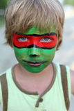 Pojkebarn med en maskering på hennes framsida Royaltyfri Bild