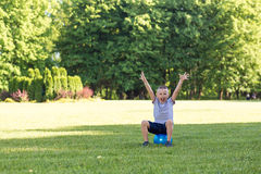 Pojkebarn som spelar bollen Fotografering för Bildbyråer