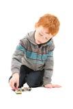 Pojkebarn som spelar med ungeleksakbilar Royaltyfria Foton