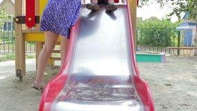 Pojkebarnet på lekplatsen går från vertikalt lager videofilmer