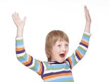 Pojkebifall med hans armar upp Royaltyfri Fotografi