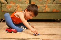 pojkebilar floor little leka toy royaltyfria foton