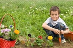 pojkeblommor som planterar barn Arkivbilder