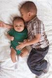 pojkebröder multietniska två royaltyfria foton