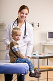 pojkecheckupdoktor som ger kontoret Arkivfoto