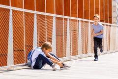 Pojkedanandevideo eller foto med den digitala kameran utomhus Royaltyfria Foton