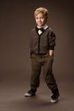 Pojkedans. Mode för tappningstilungar, brun bakgrund royaltyfria foton