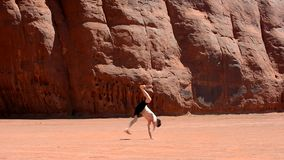 Pojkedansbreakdance i den berömda monumentdalen USA Royaltyfri Bild